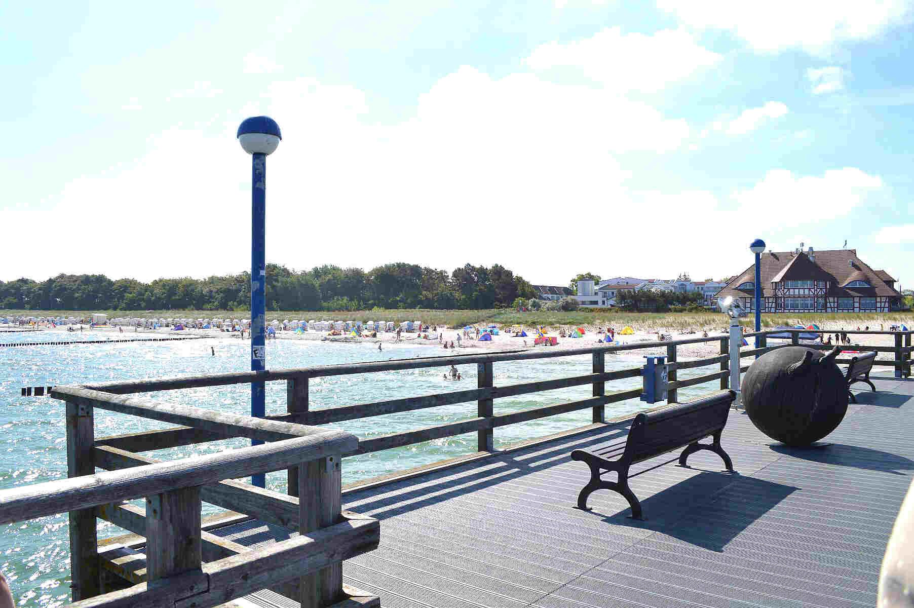 Ostseebad Zingst: Seebrücke mit Blick auf Strand und dahinterliegender Uferpromenade. © spothits.de