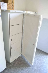 LVB-Campingplatz Zingst: Kühlschrank mit fünf abschließbaren Kühlboxen. © spothits.de