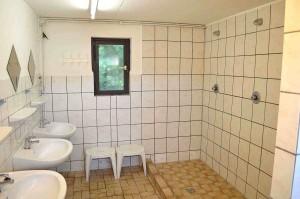 LVB-Campingplatz Zingst: Duschen nicht vom Waschbeckenbereich getrennt. © spothits.de