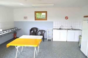LVB-Campingplatz Zingst: Küche und Aufenthaltsraum mit zwei Geschirrspültischen und acht zweiflammigen Propangas-Kochern. © spothits.de