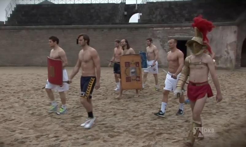 Handballstars als Gladiatoren in der Arena. © spothits/mhoch4tv