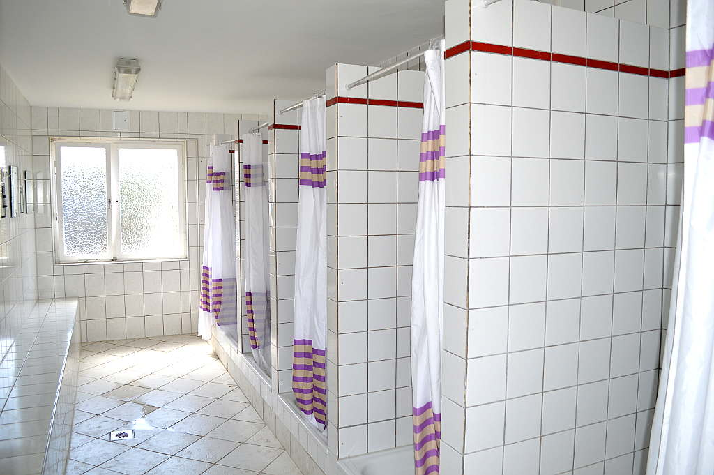 deckenlampe ber dusche raum und m beldesign inspiration. Black Bedroom Furniture Sets. Home Design Ideas