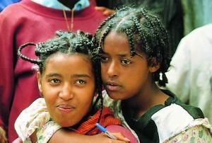 Internationaler Mädchentag 2013: Mädchen haben es in Entwicklungsländern besonders schwer. Sie zu fördern ist ein wichtiger Punkt im Kampf gegen Armut: Durch Bildung und Aufklärung erhalten sie die Chance auf ein besseres und gesundes Leben. In den Jugendklubs der Deutschen Stiftung Weltbevölkerung (DSW) erfahren sie, wie sie sich vor ungewollten Schwangerschaften und HIV/Aids schützen können. © spothits/Stiftung Weltbevölkerung