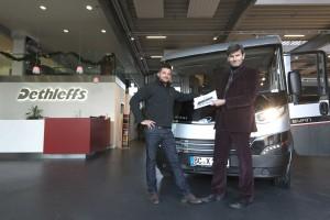 Dethleffs-Mitarbeiter übergibt evan an Designer Michael Studer. © spothits/dethleffs