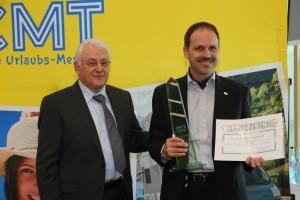 CMT Stuttgart 2014: Dethleffs Camper bekommt DCC-Sicherheitspreis. Links: Karl Zahlmann, DCC-Präsident. Rechts: Dr. Dominik Suter, Dethleffs Geschäftsführer. © spothits/Dethleffs