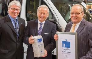 Hobby-Chef Harald Striewski (Mitte) wurde vom CTJ mit dem »Meilenstein« für sein Lebenswerk ausgezeichnet. Die Journalisten Raymond Eckl (links) und Hans-Jürgen Hess (rechts) hielten die Laudatio. © spothits/Hobby