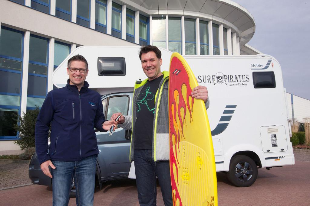Thomas Neubert, Hobby (links), übergibt den Schlüssel des Siesta A55 GS Sport an Marc Breitfelder, Surfpirates. © spothits/Hobby
