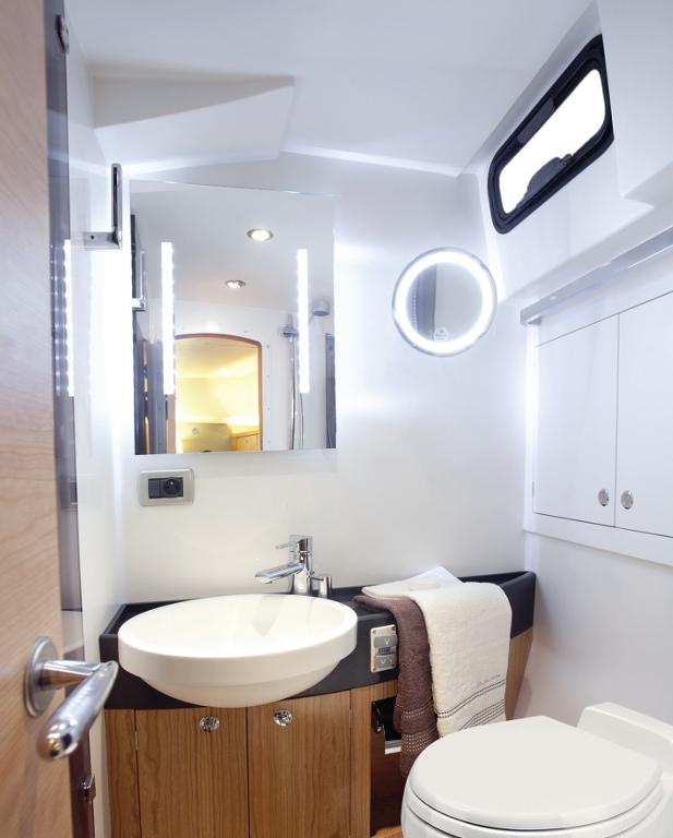 Dometic MasterFlush 7000 und GreenCare Tabs: Elektro-Toilette als Nachrüstsatz und selbstauflösende Sanitärtabs. © spothits/Dometic