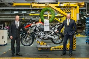 BMW Werk Berlin produziert 500.000stes BMW GS Motorrad mit Boxermotor. Von links: Dr. Marc Sielemann, Leiter Produktion BMW Motorrad und Stephan Schaller, Präsident BMW Motorrad. (03/2014). © spothits/BMW