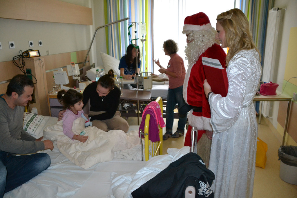 Dethleffs Family Stiftung geht mit Weihnachtsmann auf Tour. © spothits/Dethleffs