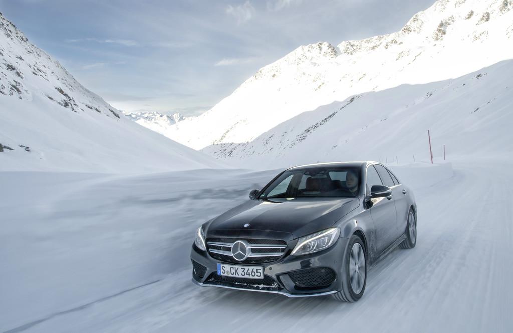 Mercedes-Benz C-Klasse und VW Passat finnlandtauglich.© spothits/ Auto-Medienportal.Net/Daimler
