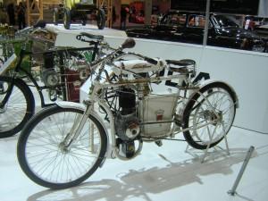 In Essen stehen drei L&K Motorräder aus dem frühen 20. Jahrhundert auf dem Stand von Škoda. © spothits/Skoda