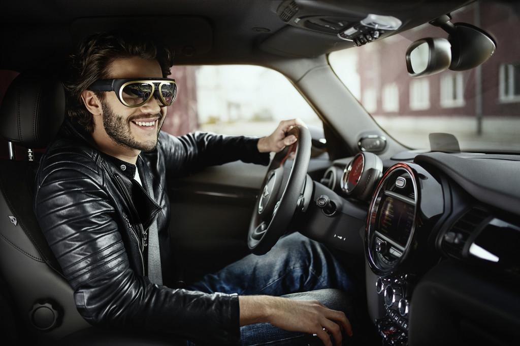 Shanghai 2015: Mit Mini-Brille in die Zukunft blicken. © spothits/Auto-Medienportal.Net/BMW