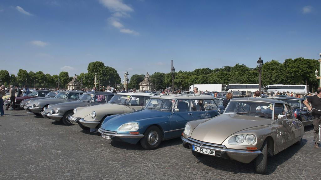 """700 """"Göttinnen"""" auf der Champs-Elysées. © spothits/Auto-Medienportal.Net/Citroen"""