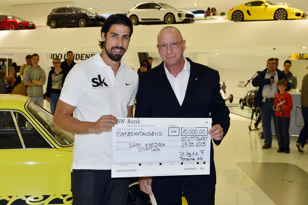 Porsche spendet 15 000 Euro für Sami-Khedira-Stiftung. © spothits/Auto-Medienportal.Net/Porsche