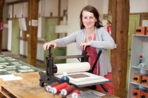 Maria Pretzschner an der Druckerpresse. © spothits/Sebastian Thiel