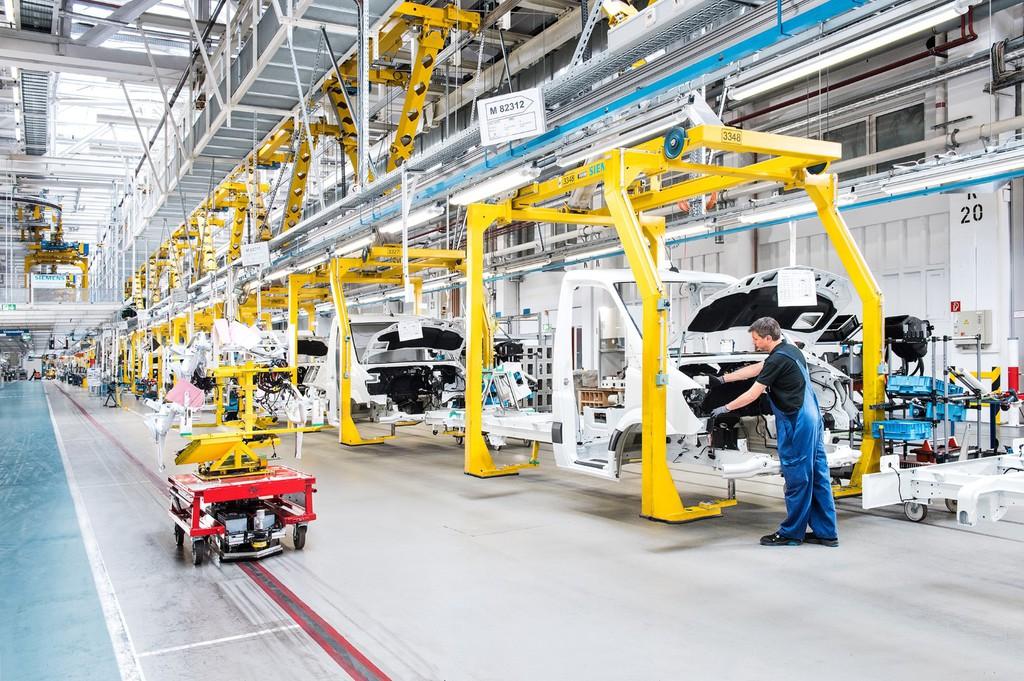 Mercedes-Benz-Werk Ludwigsfelde verbessert Arbeitsplatzergonomie. © spothits/Auto-Medienportal.Net/Daimler