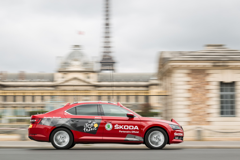 "Skoda Superb ist ""Red Car"" der Tour de France 2015. © spothits/Auto-Medienportal.Net/Skoda"