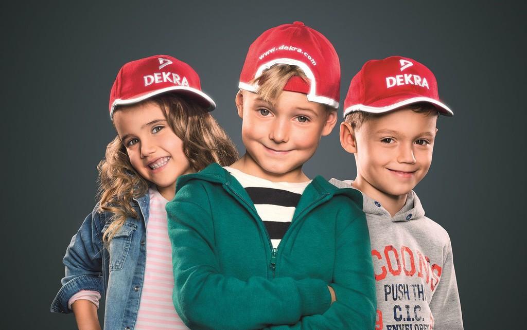 Dekra verteilt rote Kappen für Schulanfänger. © spothits/Auto-Medienportal.Net/Dekra