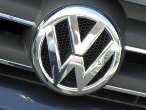 Volkswagen-Konzern beim Absatz unter Vorjahr. © spothits/Logo
