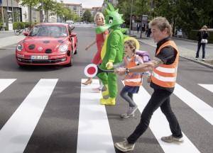 Allianz für sicheren Schulweg: Tabaluga und Käfer fahren Beetle. © spothits/Auto-Medienportal.Net/Volkswagen