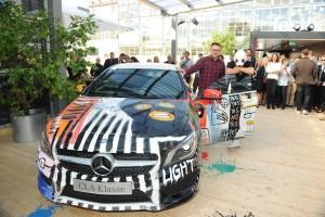 Cro übergibt seinen Mercedes-Benz CLA Street Style. © spothits/Auto-Medienportal.Net/Mercedes-Benz