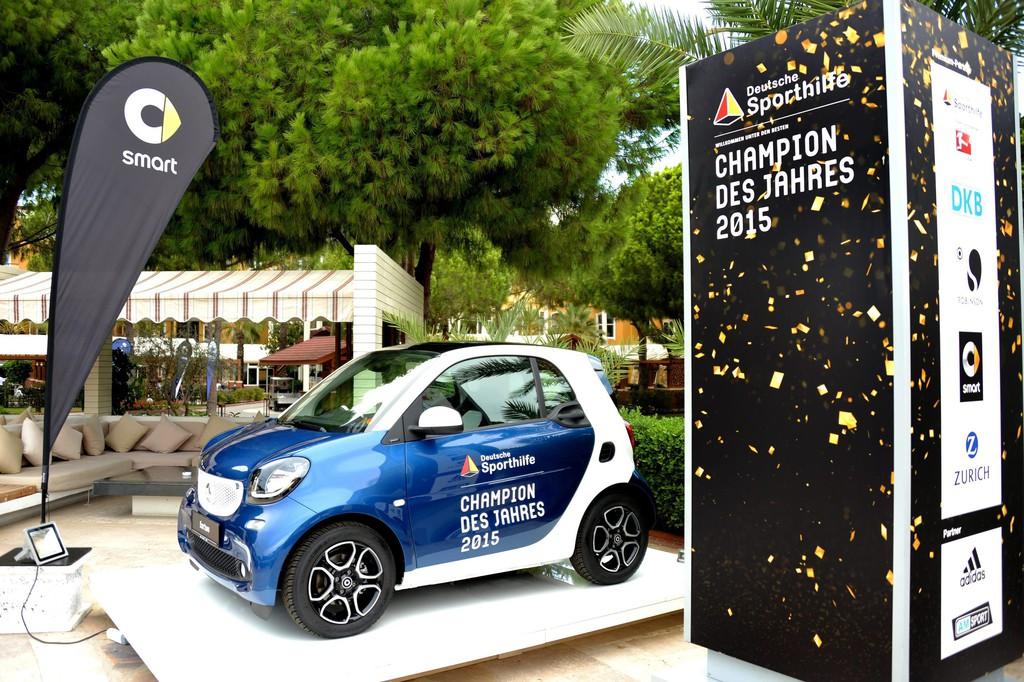 """Ein Smart für den """"Champion des Jahres"""". © spothits/Auto-Medienportal.Net/Daimler"""