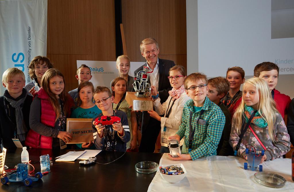 Thomas Weber erklärt Kindern die Zukunft des Autos. © spothits/Auto-Medienportal.Net/Daimler