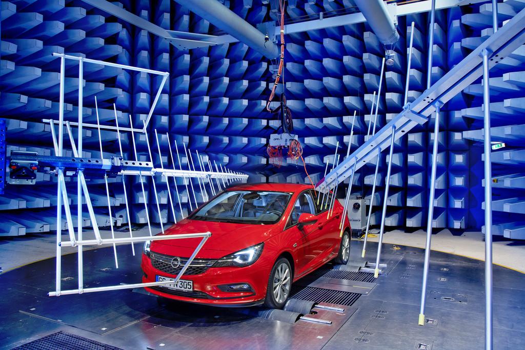 Opel Astra im Elektronik-Labor. © spothits/Auto-Medienportal.Net/Opel