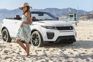 Mrs. Moneypenny trifft auf Range Rover Evoque Cabrio. © spothits/Auto-Medienportal.Net/Land Rover
