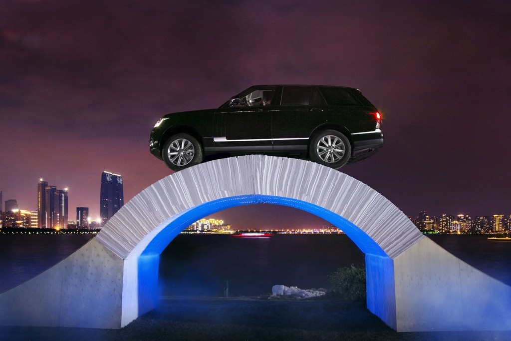 Range Rover fährt über Brücke aus Papier. © spothits/Auto-Medienportal.Net/Land Rover