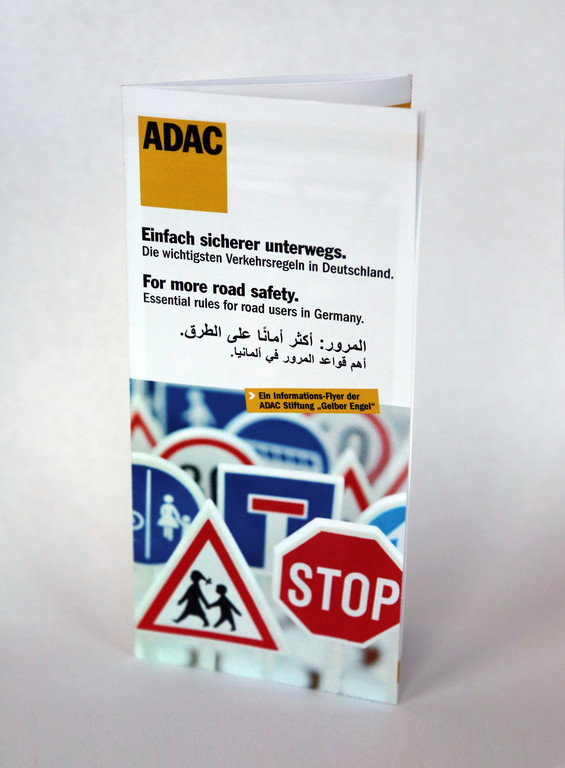 ADAC verteilt Flyer mit Verkehrsregeln an Flüchtlinge. © spothits/Auto-Medienportal.Net/ADAC