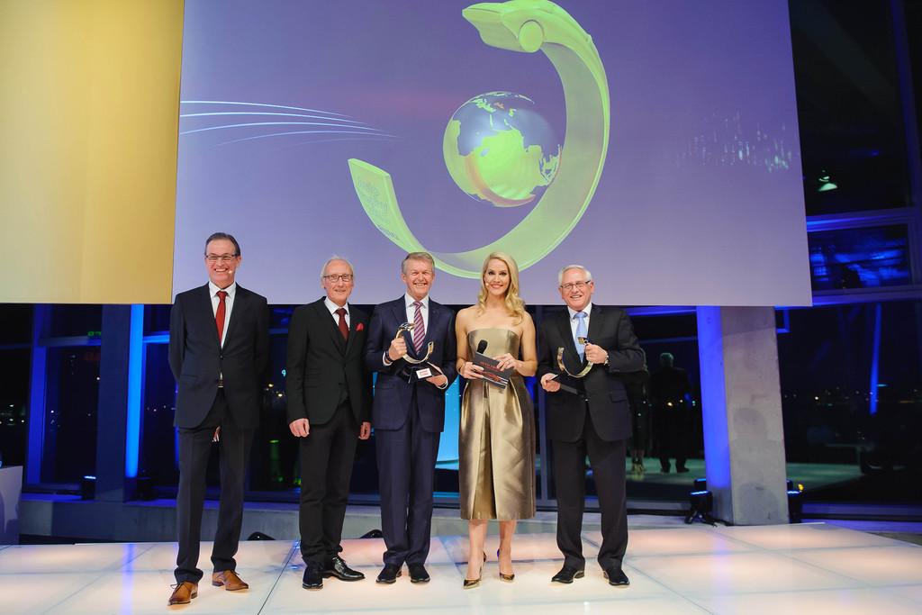 """GTÜ vergibt """"Quality Trophy"""" an Porsche und Mercedes-Benz. © spothits/Auto-Medienportal.Net/GTÜ"""