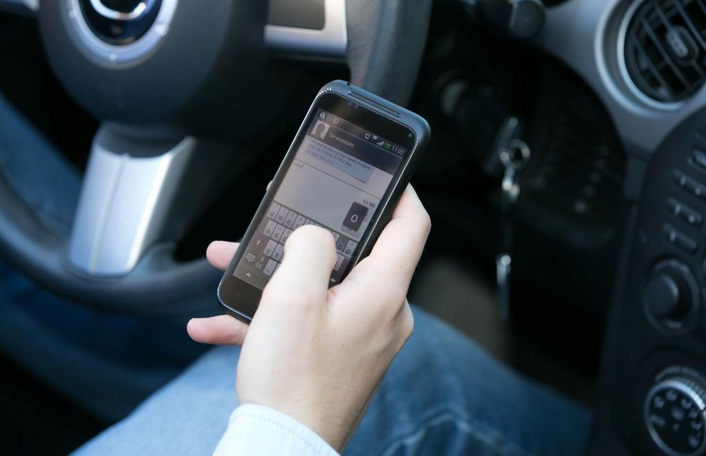 Das Smartphone führt immer häufiger zu schweren Verkehrsunfällen. © spothits/Auto-Medienportal.Net/Dekra