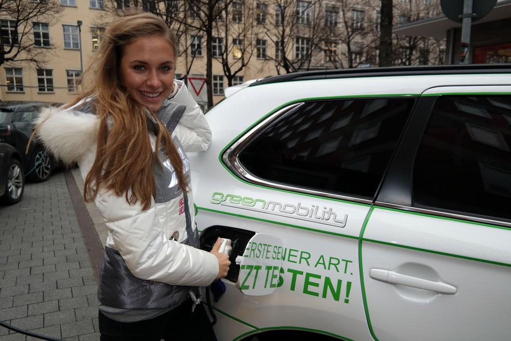 Alena Gerber fährt Mitsubishi Plug-in Hybrid Outlander. © spothits/Auto-Medienportal.Net/Mitsubishi