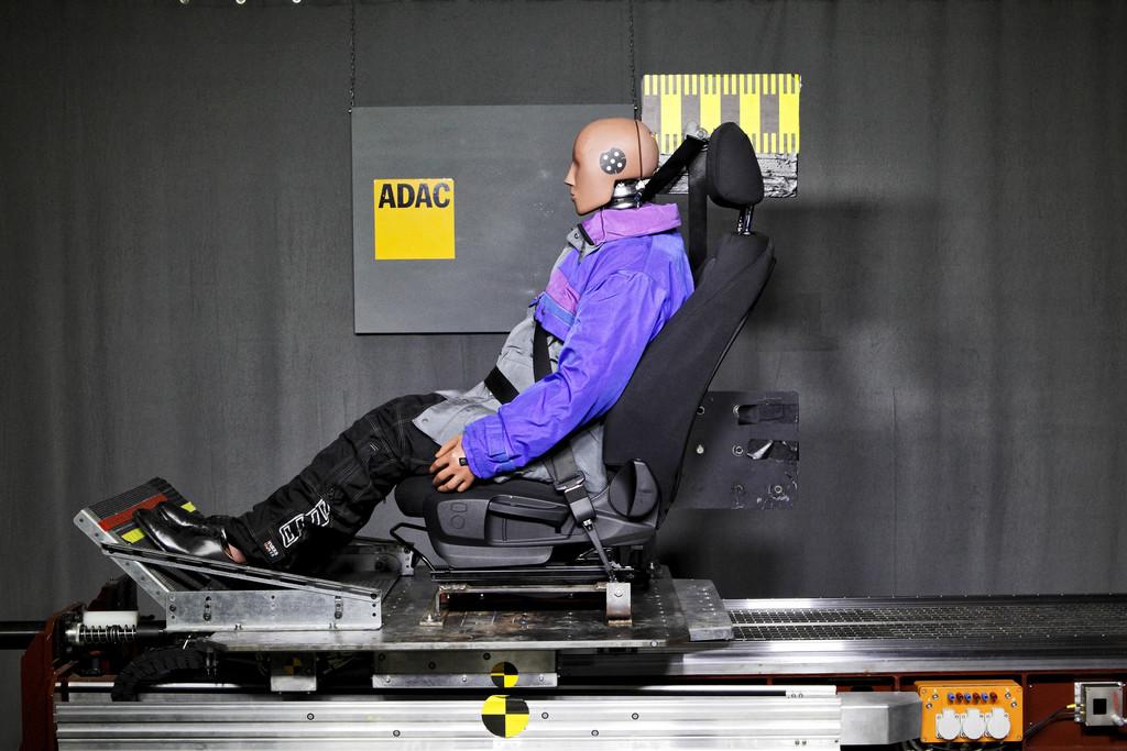 ADAC: Gurt wird durch Winterkleidung uneffektiv. © spothits/Auto-Medienportal.Net/ADAC/Ralph Wagner