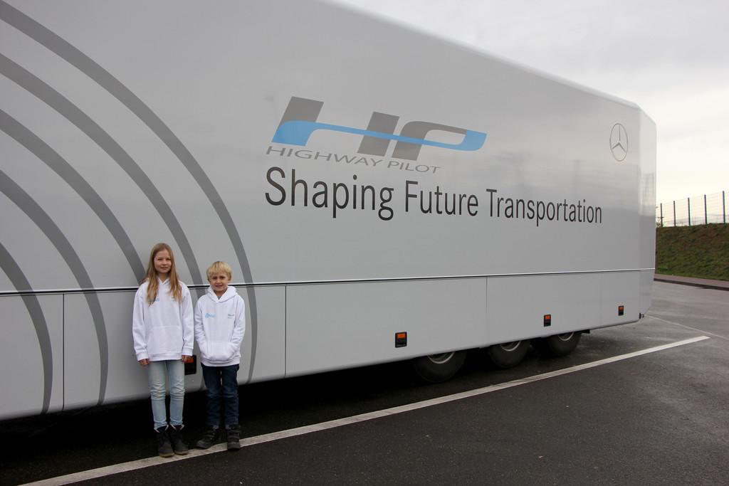 Kinder unterwegs im autonomen Lkw. © spothits/Auto-Medienportal.Net/Daimler