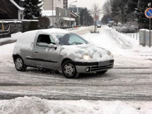 Fahrzeuge müssen von Schnee und Eis befreit werden. © spothits/Auto-Medienportal.Net