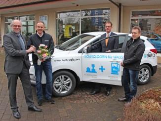 Hyundai ix35 Duel Cell für sera Unternehmensgruppe: Ralph Held, sera Unternehmensgruppe; Torpen Bibbig, Autohaus Bibbig, Knut Rieger, Hyundai Motor Deutschland; Marek Moldenhauer, Autohaus Bibbig (v.l.n.r.). © spothits/Hyundai