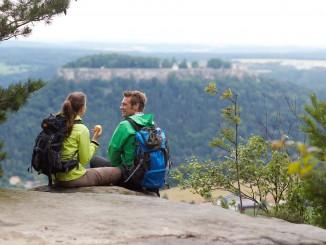 Wanderrast mit Ausblick auf die Festung Königstein. © spothits/Marcus Gloger - Tourismus Marketing Gesellschaft Sachsen