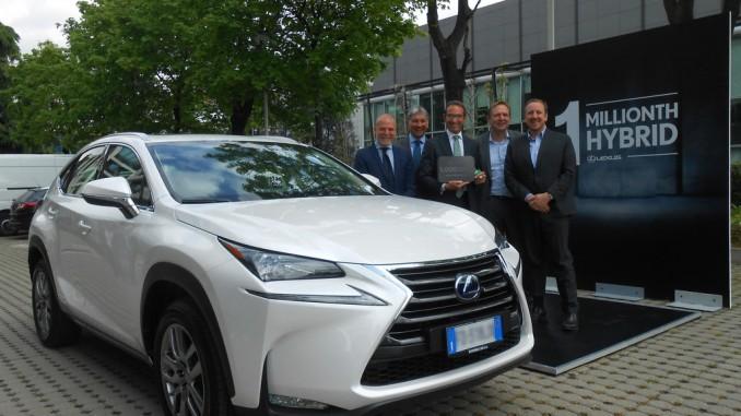 Lexus liefert einmillionsten Hybrid aus. © spothits/Lexus liefert das einmillionste Hybrridmodell, einen NX 300h, aus (v.l.): Italien-Chef Mariano Autuori, Händler Franco Spotorno, Kunde Aldo Pirronello, Europa-Chef Alain Uyttenhoven und Andrea Carlucci, CEO von Toyota Italien./Foto: Lexus
