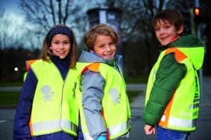ADAC verteilt wieder Sicherheitswesten. © spothits/Kinder mit Sicherheitswesten im Straßenverkehr./Foto: ADAC