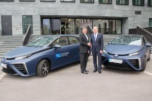 Zwei Toyota Mirai für Linde. © spothits/Toyota übergibt zwei Mirai (v.l.): Toyota-Europa-Präsident Dr. Johan van Zyl und Linde-Vorstandsmitglied Bernd Eulitz./Foto: Toyota