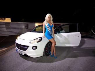 """""""Playmate des Jahres"""" fährt im Opel Adam bei der Rallye Sulingen. © spothits/Sarah Nowak fährt Opel Adam./Foto: Opel"""