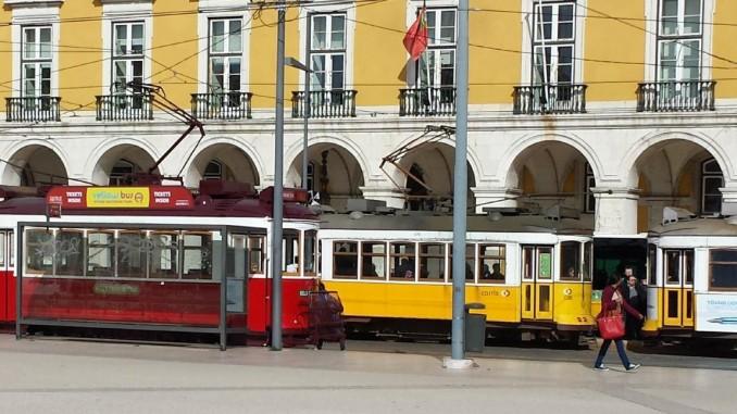 historische Straßenbahnen in Lissabon - die rote ist die Sightseeing-Bah... © spothits/Heiner Klempp