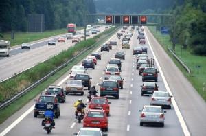 Stauprognose: Langes Wochenende sorgt für volle Straßen. © spothits/Stau auf der Autobahn./Foto: Auto-Medienportal.Net/ADAC