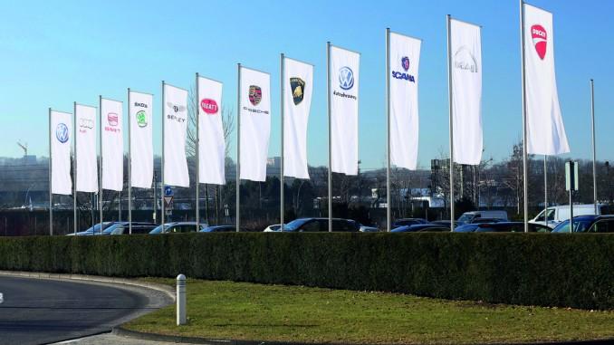 Volkswagen Konzern nach vier Monaten auf Vorjahresniveau. © spothits/Fahnen der Konzernmarken vor dem Verwaltungshochhaus am VW-Stammsitz Wolfsburg./Foto: Auto-Medienportal.Net/Volkswagen