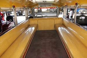 In Manila wurde einst aus dem Jeep der Jeepney. © spothits/Zu Besuch im Jeepney-Land: Neuer Jeepney im vollen Dekor./Foto: Gregg Manalo