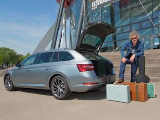 Wolfgang Niedecken tourt im Skoda Superb. © spothits/BAP-Sänger Wolfgang Niedecken tourt im Skoda Superb Combi zu über 40 Konzerten./Foto: Skoda