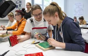 "Junge ""Forscherinnen"" bei Audi. © spothits/Forscherinnen-Camp 2016: Teilnehmerinnen lernen bei Audi Fahrerassistenzsysteme kennen./Foto: Audi"